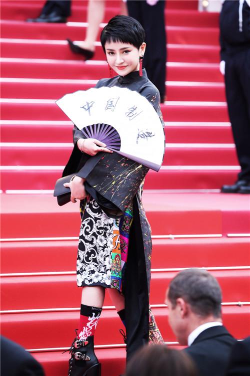 方藝諺一身中國風服飾首戰戛納紅毯 優雅大方風格獨特得世界矚目