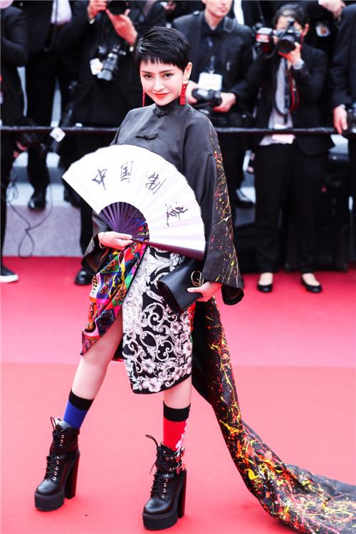 方艺谚一身中国风服饰首战戛纳红毯 优雅大方风格独特得世界瞩目
