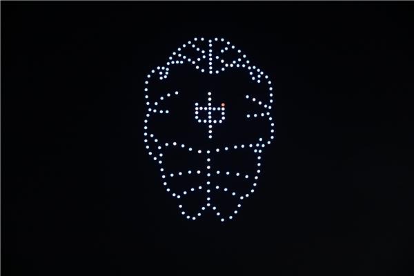 河南首家無人機表演編隊亮相 夜空中上演科幻大片!